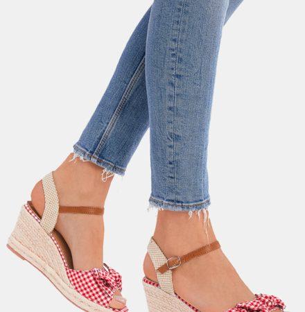 Sandały płaskie, na obcasie czy na koturnie?